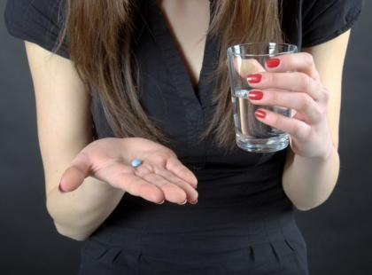Dlaczego należy popijać leki wodą