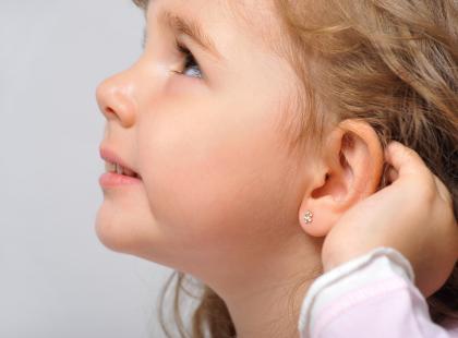 Dlaczego pod żadnym pozorem NIE powinnaś przekłuwać dziecku uszu pistoletem?