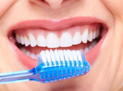 Długie mycie zębów niszczy szkliwo!