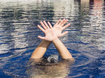 Dominik, który tonął na basenie w Wiśle nie pamięta nic ze zdarzenia. Jest jednak coś, co wydaje się śledczym zagadkowe.