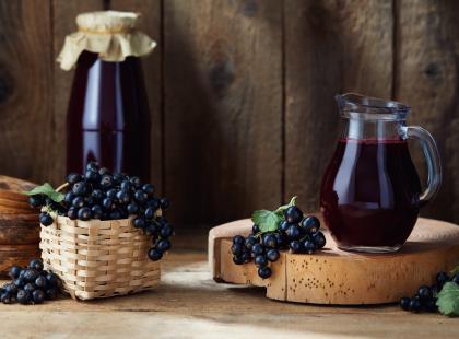Domowe wino z czarnych porzeczek, które zrobisz bez dodatku drożdży. Krok po kroku!