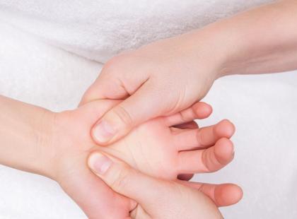 Drętwienie dłoni – czy to może być powikłanie po złamaniu?