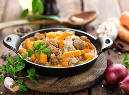 Duszona cielęcina to delikatne mięso idealne na obiad! Sprawdź!