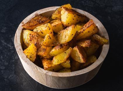 Dwa sposoby na idealnie chrupiące ziemniaki z piekarnika