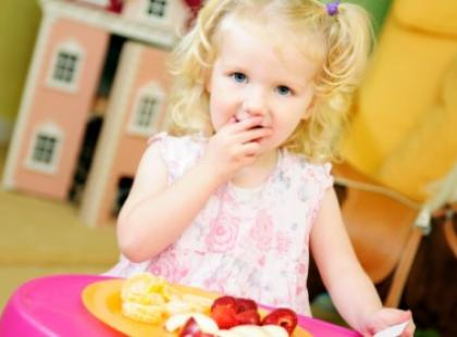 Dzieci jedzą oczami