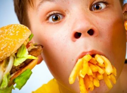 Dzieci jedzą śmieci