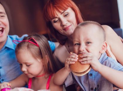 Dzieciaci kontra bezdzietni. Wojna polsko-polska toczy się w restauracjach, samolotach i galeriach handlowych