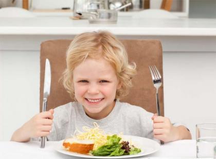 Dziecko przy świątecznym stole