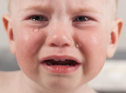 Dziecko skarży się na ból brzucha? Poznaj 5 sytuacji, kiedy powinniśmy iść z nim do lekarza!