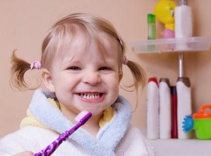 Dziecko zjada pastę do zębów? Uwaga na fluor!