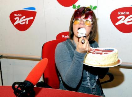 Edyta Jungowska obżera się tortem na urodzinach Radia ZET