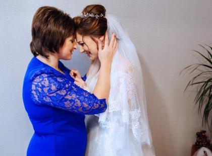 Eleganckie sukienki na wesele dla mamy – zobacz nasze top 5!