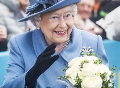 Elżbieta II ma sztuczną rękę! Sekret zdradziła córka królowej
