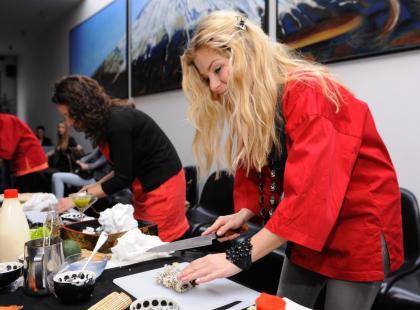 Ewa Szabatin uczy robić sushi