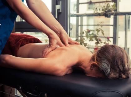 Fizjoterapeuta czy ortopeda – do kogo się udać przy bólach pleców?
