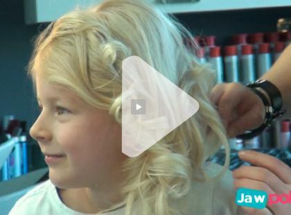 Fryzura komunijna z kręconych włosów krok po kroku [video]