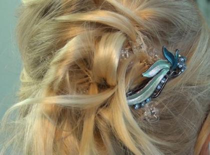 Fryzura komunijna z prostych włosów krok po kroku