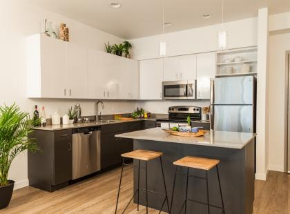 Funkcjonalna i nowoczesna: zobacz, jak urządzić kuchnię z wyspą