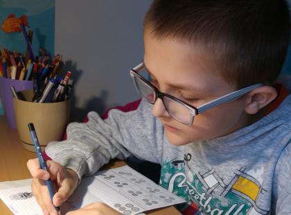 Gdy miał 4 lata okazało się, że choruje na autyzm. Dziś wymaga opieki, ale jego talent do rysowania zadziwia. Zobacz prace Gerrego i poznaj jego niezwykłą historię!