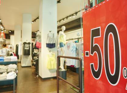 """""""Gdy tylko wchodzę do H&M, C&A czy Zary, już współczuję pracownikom"""". Odkrywamy kulisy pracy w odzieżowej sieciówce"""