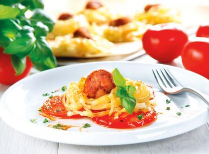 Gniazdka makaronowe z sosem i pulpecikami