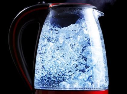 Gotowana woda nie jest zdrowa? Zależy ile razy ją gotujemy