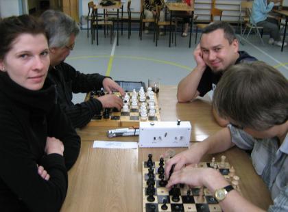 Gra w szachy i warcaby osób głuchoniewidomych i niesłyszących – zdjęcia