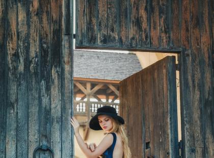 Granatowa, długa suknia na wesele – jakie dodatki pasują najlepiej?