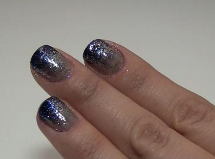 Granatowe paznokcie ombre z brokatem na Sylwestra