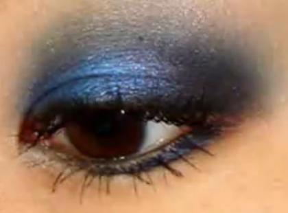 Granatowe smoky eyes