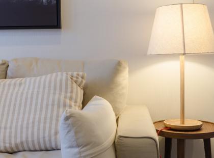 Gustowna lampka do salonu lub sypialni? Zobacz, jak wykonać ją samodzielnie!