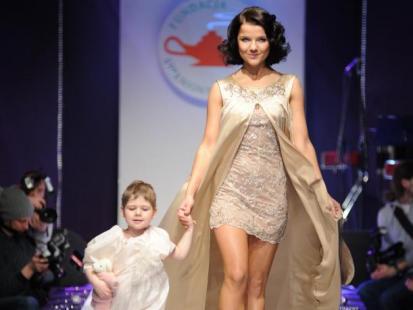 Gwiazdy na pokazie mody Dzieci - dzieciom