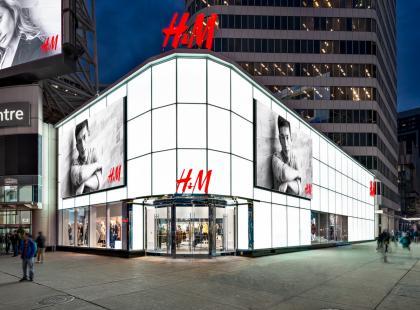 """H&M pali tony nowych ubrań w piecach. Tłumaczy to """"obowiązkiem wobec klienta"""""""