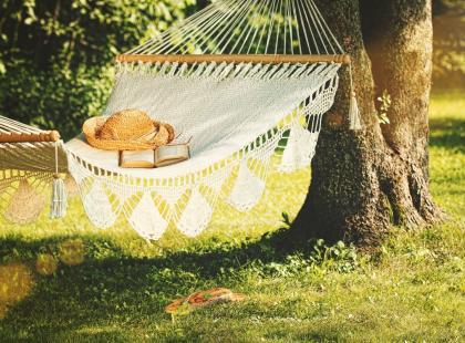 Hamak ogrodowy to najlepszy sposób na letni relaks. Powieś go lub postaw!
