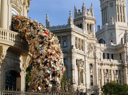 Hiszpańska artystka buduje w miastach lawiny książek. Niedługo będziemy mogli podziwiać je w Polsce