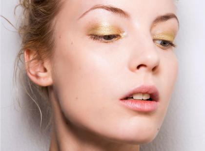 Hit tegorocznego karnawału! Wypróbuj makijaż w złotej tonacji