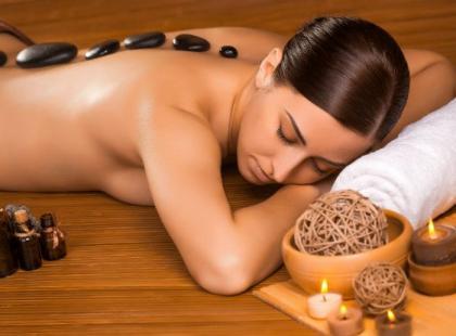 Idealny nie tylko na zimę - masaż gorącymi kamieniami