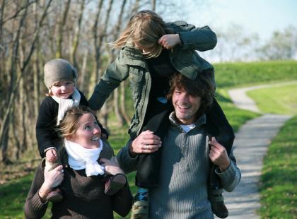 rodzina na spacerze na łące