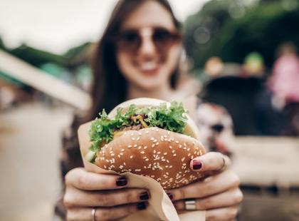Ile kalorii mają dania fast-food? 7 wskazówek jak wybrać mądrze, gdy musisz zjeść fast-food!