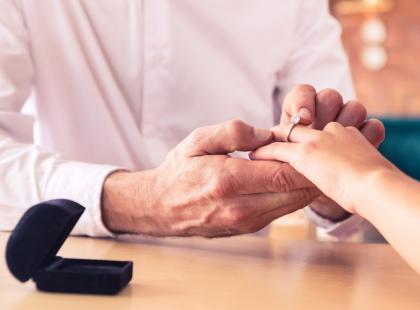 Ile powinien kosztować pierścionek zaręczynowy? Czy jest na to jakaś reguła?