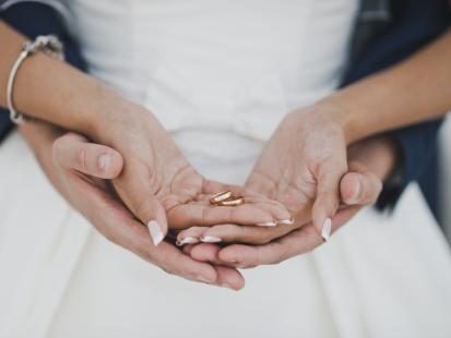 Ile włożyć do koperty na ślub dla pary młodej?