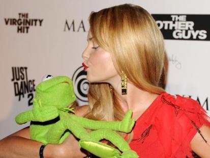 Iza Miko całuje żabę!