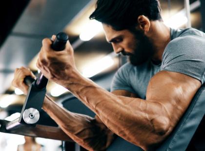 Jadłospis dla mężczyzn ćwiczących na siłowni. Prosty, smaczny i wspomaga rozwój mięśni!