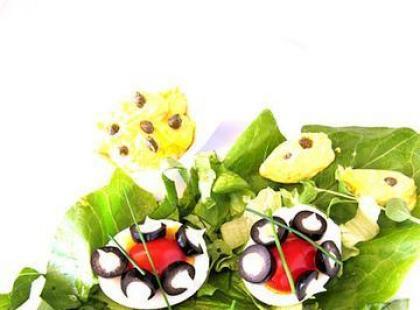 Jajka z pomidorkami i oliwkami