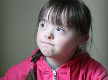 Jak anatomia osób z zespołem Downa utrudnia im mówienie?