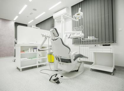 Jak bezboleśnie leczyć zęby? Poznaj nowoczesne technologie stomatologiczne!
