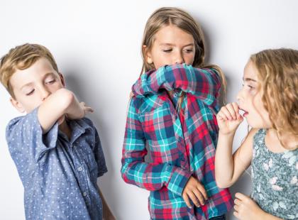 Jak bezpiecznie leczyć suchy i mokry kaszel u dzieci?