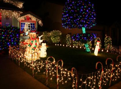 Jak bezpiecznie udekorować lampkami dom na zewnątrz?
