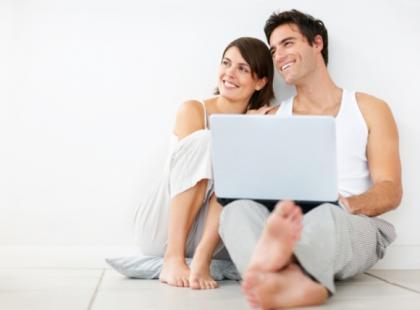 Coraz więcej osób znajduje swoje drugie połowy w Internecie/ fot. Shuerstock