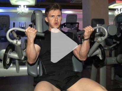 Jak ćwiczyć na maszynie Arm Curl? [video]